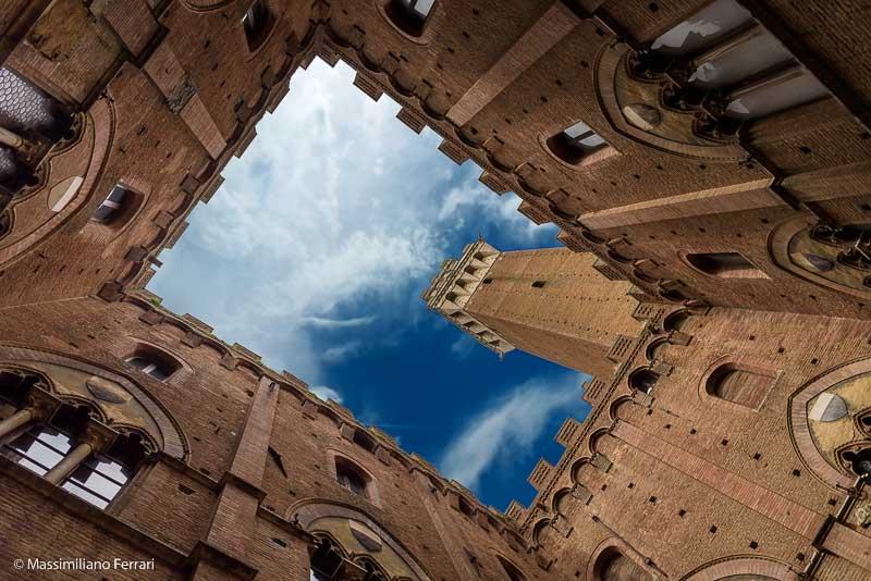Siena: Torre del Mangia. Fotografia di Massimiliano Ferrari. Regolamento concorso a premi Viaggio